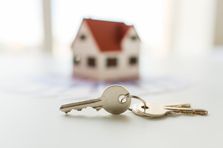 Foto de mortgage, investment, real estate and property concept - close up of home model, money and house keys - Imagen libre de derechos