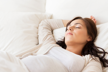 Foto de pregnancy, rest, people and expectation concept - happy pregnant woman sleeping in bed at home - Imagen libre de derechos