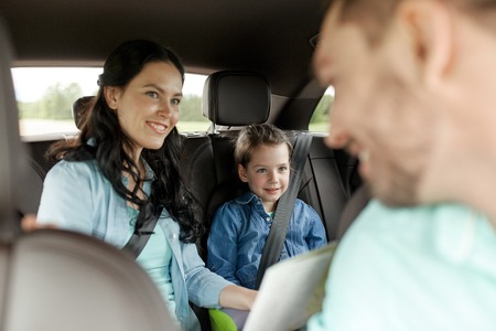 Photo pour family, transport, road trip and people concept - happy woman and little daughter with map driving in car - image libre de droit