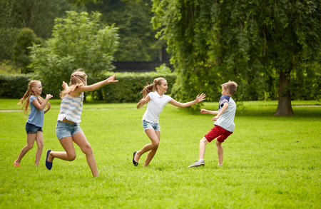 Photo pour friendship, childhood, leisure and people concept - group of happy kids or friends playing catch-up game and running in summer park - image libre de droit