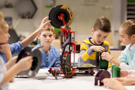 Photo pour happy children with 3d printer at robotics school - image libre de droit