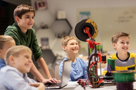 Foto de happy children with 3d printer at robotics school - Imagen libre de derechos