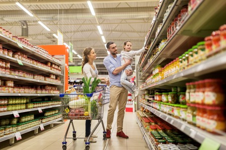 Photo pour family with food in shopping cart at grocery store - image libre de droit