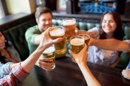 Foto de happy friends drinking beer at bar or pub - Imagen libre de derechos