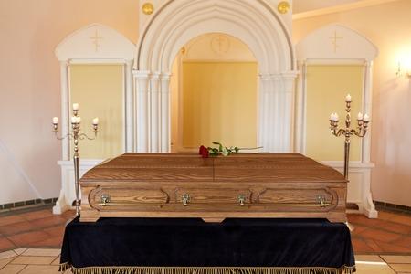 Photo pour coffin at funeral in orthodox church - image libre de droit