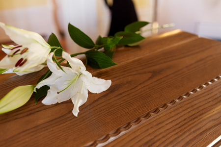 Photo pour lily flower on wooden coffin at funeral in church - image libre de droit