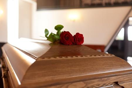Foto de red rose flowers on wooden coffin in church - Imagen libre de derechos