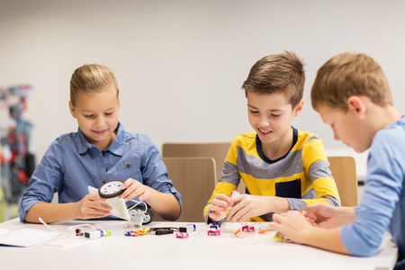 Foto de happy children building robots at robotics school - Imagen libre de derechos