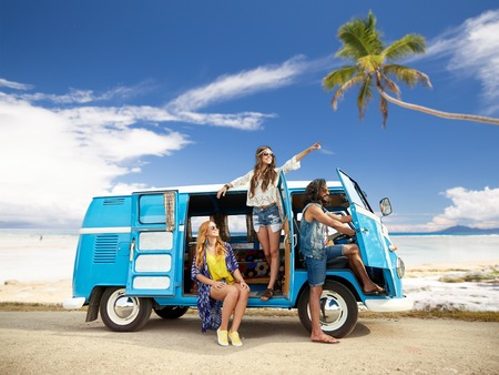 Photo pour happy hippie friends in minivan car on beach - image libre de droit