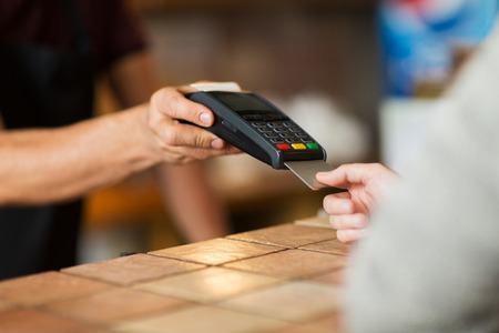 Photo pour hands with payment terminal and credit card - image libre de droit
