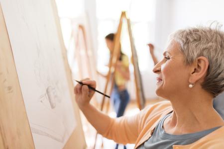 Photo pour woman artist with pencil drawing at art school - image libre de droit