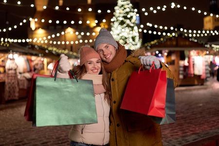 Foto für happy couple at with shopping bags in winter - Lizenzfreies Bild