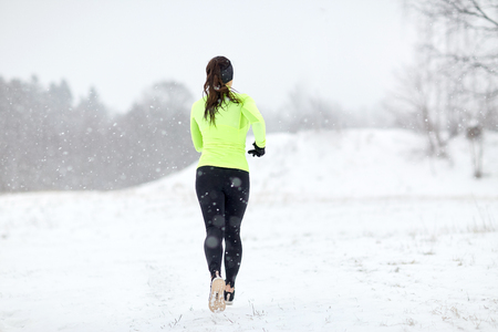 Photo pour woman running outdoors in winter - image libre de droit