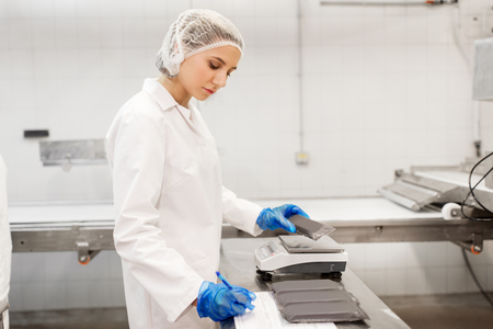 Foto de woman working at ice cream factory - Imagen libre de derechos