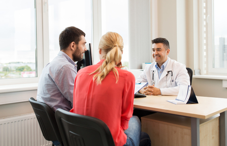 Photo pour couple visiting doctor at family planning clinic - image libre de droit