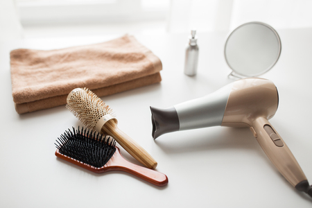 Photo pour hairdryer, hair brushes, mirror and towel - image libre de droit