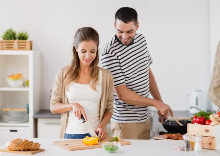 Photo pour couple cooking food at home kitchen - image libre de droit