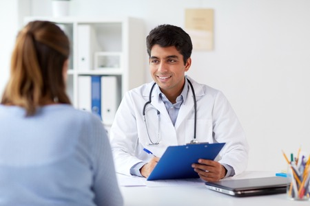 Foto de doctor with clipboard and patient at hospital - Imagen libre de derechos