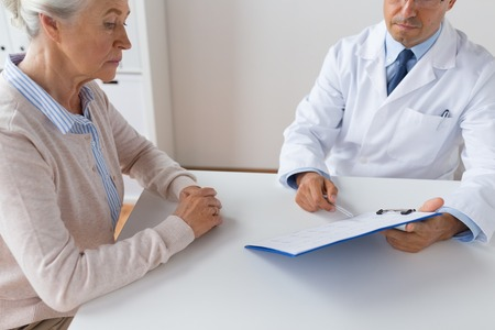 Foto de senior woman and doctor meeting at hospital - Imagen libre de derechos