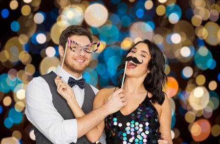 Photo pour happy couple with party props having fun - image libre de droit