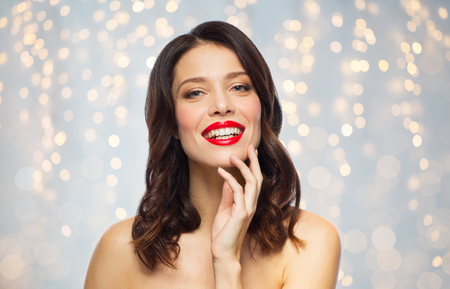 Photo pour beautiful smiling young woman with red lipstick - image libre de droit