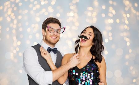 Photo pour happy couple with party props having fun - image libre de droit