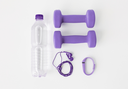 Foto de dumbbells, fitness tracker, earphones and bottle - Imagen libre de derechos