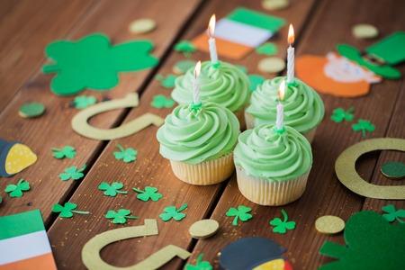 Foto de green cupcakes and st patricks day decorations - Imagen libre de derechos
