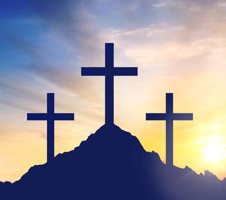 Foto de silhouettes of three crosses on calvary hill - Imagen libre de derechos