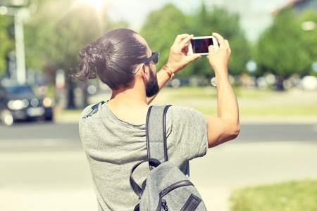 Foto de hipster man taking picture on smartphone - Imagen libre de derechos