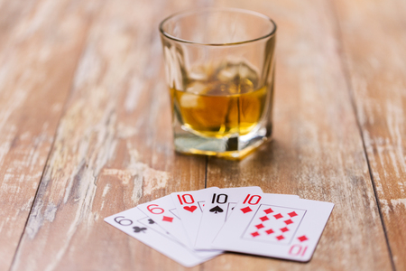 Photo pour glass of whisky and playing cards on table - image libre de droit