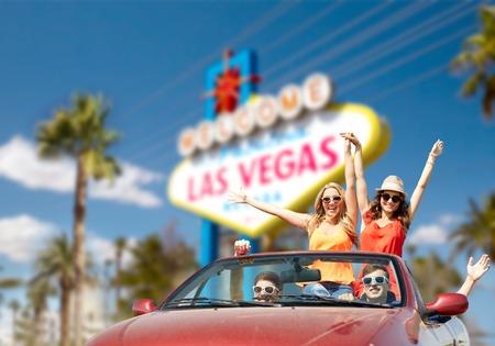 Foto de friends driving in convertible car at las vegas - Imagen libre de derechos