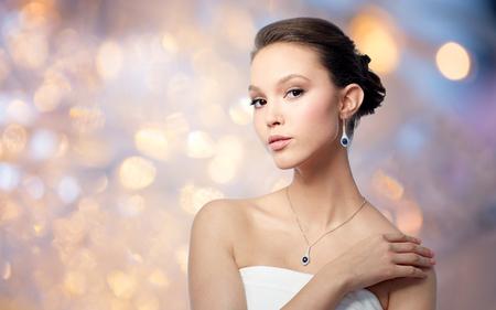 Photo pour beautiful asian woman with earring and pendant - image libre de droit