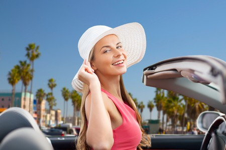 Foto de happy young woman in convertible car - Imagen libre de derechos