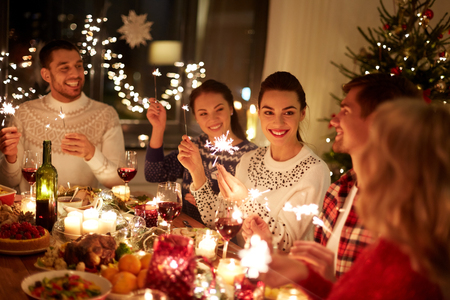 Foto de happy friends celebrating christmas at home feast - Imagen libre de derechos