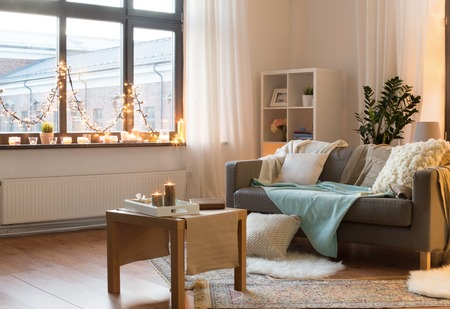 Photo pour living room decorated by christmas garland at home - image libre de droit