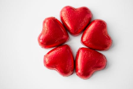 Foto de close up of red heart shaped chocolate candies - Imagen libre de derechos