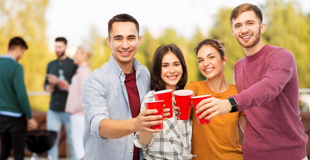 Foto de group of friends toasting drinks at rooftop party - Imagen libre de derechos