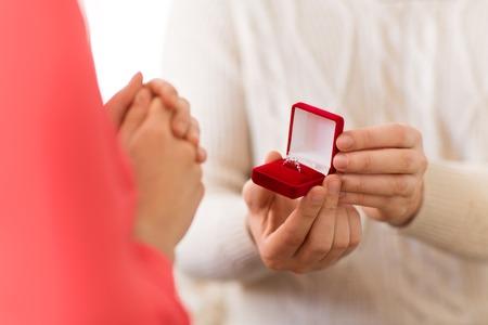 Photo pour man giving diamond ring to woman on valentines day - image libre de droit