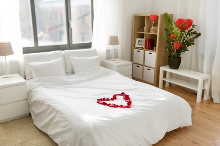 Photo pour cozy bedroom decorated for valentines day - image libre de droit