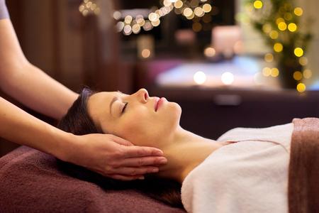 Photo pour woman having face and head massage at spa - image libre de droit