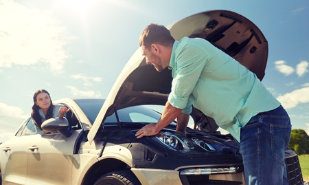 Photo pour couple with open hood of broken car at countryside - image libre de droit
