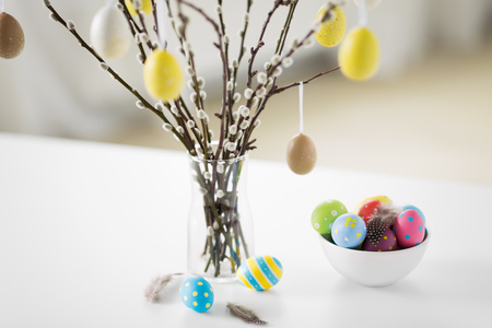 Photo pour pussy willow branches decorated by easter eggs - image libre de droit