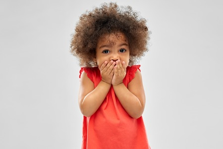 Photo pour confused african american girl covering mouth - image libre de droit