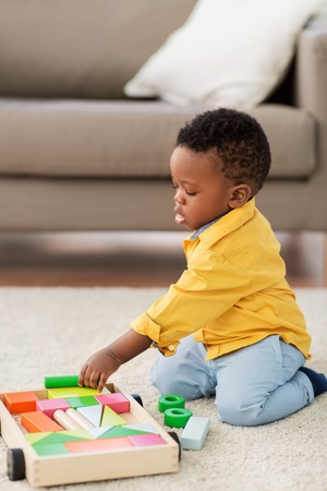 Photo pour african american baby boy playing with toy blocks - image libre de droit