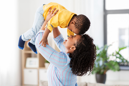 Photo pour happy african american mother with baby at home - image libre de droit