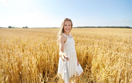 Foto de happy girl taking selfie on cereal field - Imagen libre de derechos