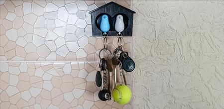 Foto de Decorative little house with a pigeons for keys - Imagen libre de derechos