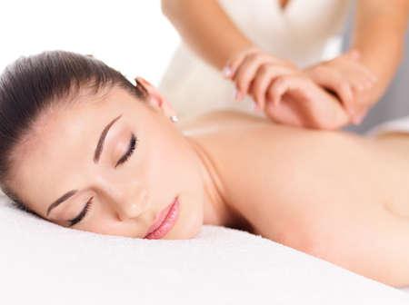 Photo pour Woman having massage of body in the spa salon. Beauty treatment concept. - image libre de droit