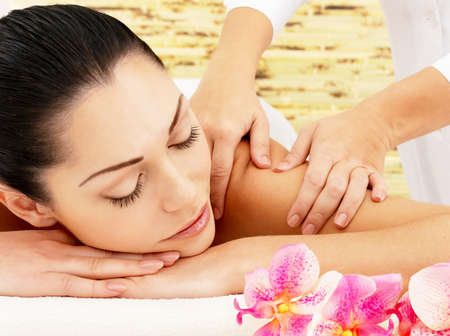 Foto de Young woman on spa massage of shoulder in the beauty salon. - Imagen libre de derechos